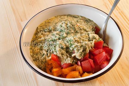 Яично-сырную смесь аккуратно перемешиваем с порезанными помидорами.