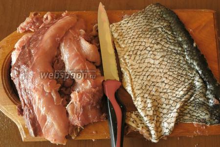 Рыбу моем. Отделяем филе от кожицы, вынимаем косточки, если есть, а они точно будут, даже в филе.