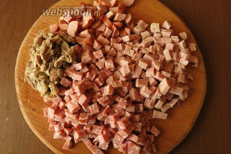 Нарезаем мясное: колбасу, сосиски, окорок, обрезки с косточек с бульона.