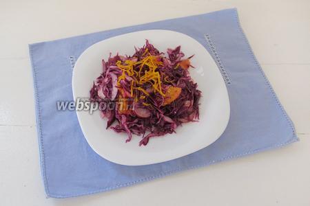 Разложим готовый салат по тарелкам. Можно украсить салат апельсиновой цедрой.