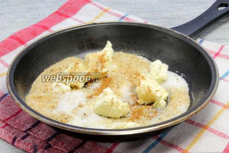 Параллельно на сковороде растапливаем сливочное масло, оставшийся сахар, бросаем белые молотые сухари и корицу. Перемешиваем до объединения всех составляющих, крупные «островки» раздавливаем.