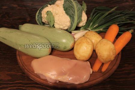 Для летнего рагу, понадобится молодая картошка, кабачки, морковь, лук, чеснок, цветная капуста или брокколи, зелень, филе, сливки, соль, перец, масло.