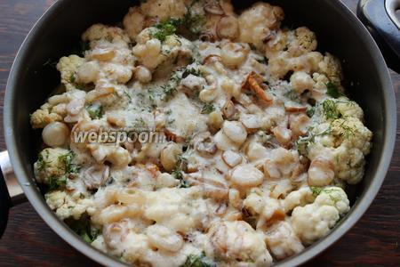 Залить сливочным соусом (должен доходить до половины кастрюли, если не хватает, можно добавить немного воды или бульона). Готовить около 10-15 минут.