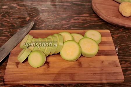 Картофель и кабачки нарезать кружочками.