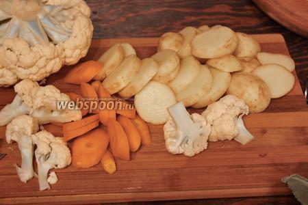 Морковь — косыми ломтиками, капусту разобрать на соцветия.