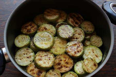 Выложить слоями, овощи: картофель, кабачки.