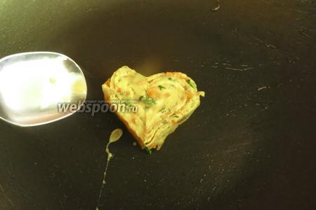 Выкладываем сердце на сковородку и поливаем 0,5 ч. л. омлета, чтобы схватилось.