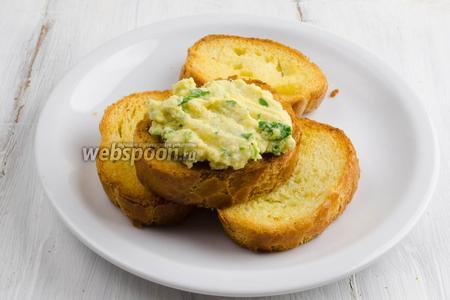 На гренки нанести намазку из трески. Подать к завтраку или на перекус.