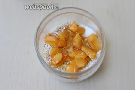 Укладываем кусочки абрикосов на овсянку, поливаем мёдом.