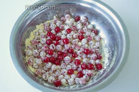 Приготовление начнём с ягод, которые необходимо перебрать, оборвать плодоножки и промыть, и отбросить на дуршлаг. Как вариант, то смородину можно просушить при помощи полотенца. К ягоде добавить 1 столовую ложку муки и перемешать, чтобы та равномерно покрыла каждую ягодку. Это необходимо для того, чтобы в тесте смородинки были каждая сама по себе, а не слиплись в кучу.