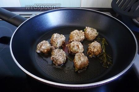 Каждый гребешок обмакнём в яйце, затем хорошо обваляем в панировочной смеси. Выкладываем на разогретую сковороду.