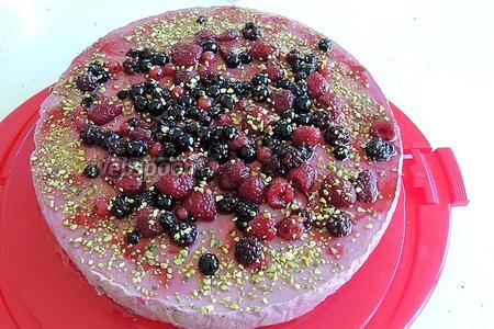 Сверху торт и глазурь посыпаем крупнонарезанными фисташками. Сервируем. Приятного аппетита!