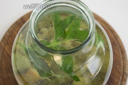 Слейте воду в кастрюлю, добавьте сахар. После того как сироп закипит и сахар полностью растворится, залейте им ягоды.