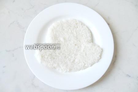 Отварите рис в подсоленной воде. Он не должен быть рассыпчатым, иначе наша конструкция развалится. Выложите на большую плоскую тарелку контур мордочки со щёками.