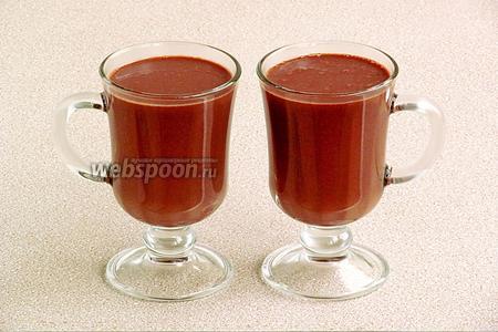 Горячий напиток разлить в стаканы и сразу же подать к столу.