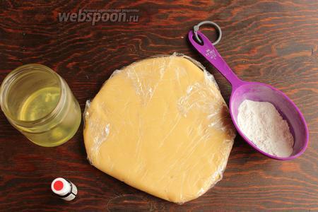 Для сладких валентинок понадобится  сахарное тесто для печенья , немного муки для раскатки, белок, сахарная пудра и краситель для глазури.