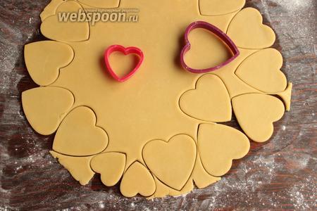 Формочками вырезать печенюшки.
