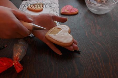 Теперь залить всю площадь. Слегка потрусить (постучать) печенюшкой, чтоб равномерно заполнилась (легла) глазурь. Другим цветом рисуем точки, сердечки, цветочки загагуленки, и...