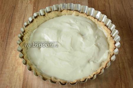 Заливаем полученным кремом остывшую основу для тарта.