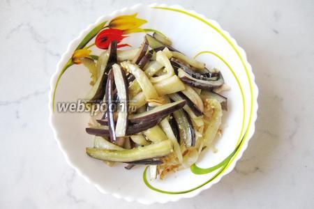 В салатник добавить жареный баклажан.