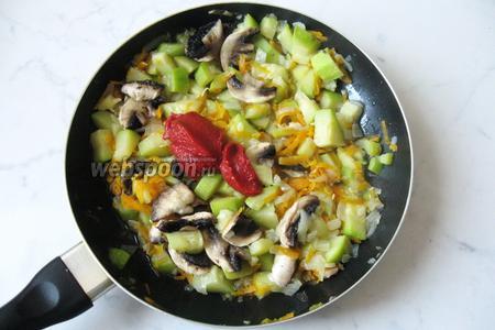 Когда овощи и грибы станут мягкими, добавить 1 столовую ложку с горкой томатной пасты, посолить и перемешать. Томатную пасту можно заменить помидорами. Но тогда тушить придётся чуть дольше пока вся жидкость не испарится.