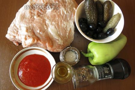 Ингредиенты: свинина, огурцы солёные, оливки, перец сладкий, масло для жарки, томатная паста, соль, перец.