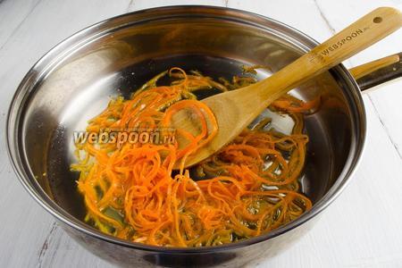 Сковороду с маслом нагреть на среднем огне. Подготовленную морковь пассеровать, посыпав солью и сахаром, помешивая, в течение 3 минут. Готовую морковь выложить на тарелку.