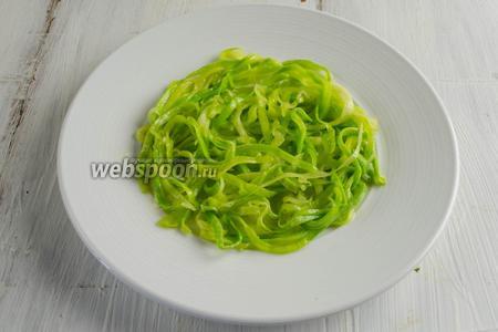 А теперь выложить на тарелку овощи слоями. Первым слоем — кабачки (часть) выложить по спирали.
