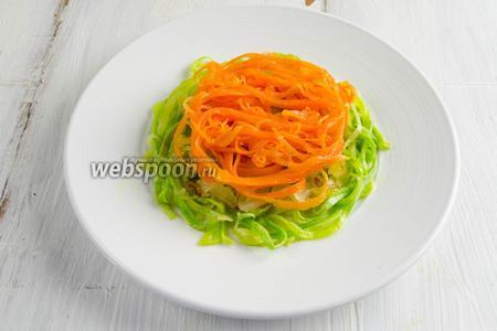 Третьим слоем — морковь выложить по спирали.