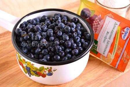 Подготовьте необходимые ингредиенты для приготовления джема: свежую лесную голубику, сахар и «желфикс» 2:1.