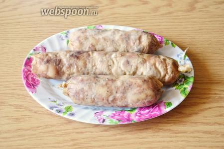 Вот такая получилась колбаска. Даём ей остыть, а затем нарезаем. Оболочка хорошо снимается, колбаса получается упругая и хорошо режется.