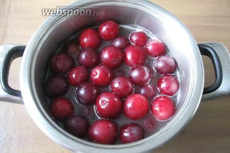 Залить горячим сиропом алычу и дать постоять минимум 1 час. За это время фрукты впитают немного сахарного сиропа.