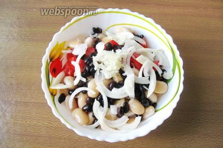 1 зубчик чеснока измельчить и также добавить в салат.