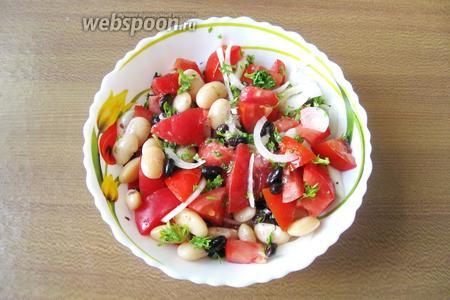 Салат посолить, поперчить и заправить подсолнечным маслом. У меня оно рафинированное, но можно взять и ароматное. Салат из чёрной и белой фасоли с помидорами готов. Подаём на закуску.