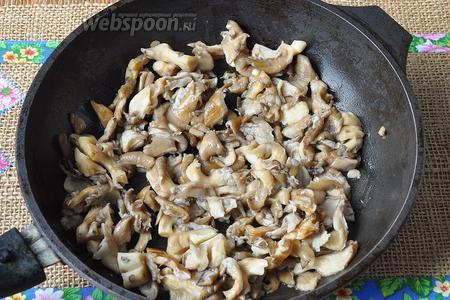 Грибы нарезать и обжарить на растительном масле. Грибы содержат много влаги и в процессе жарки уменьшатся в объёме примерно в 2,5 раза.