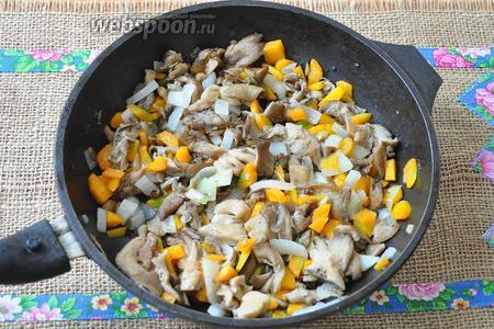К грибам добавить нарезанный лук и морковь, и немного обжарить.
