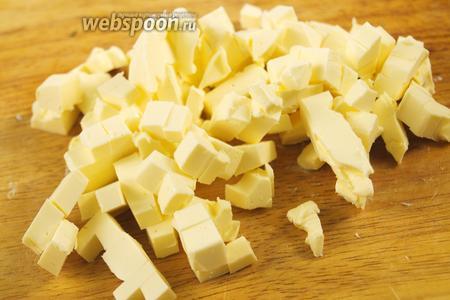 Хорошо охлаждённое масло нарезать на кубики.