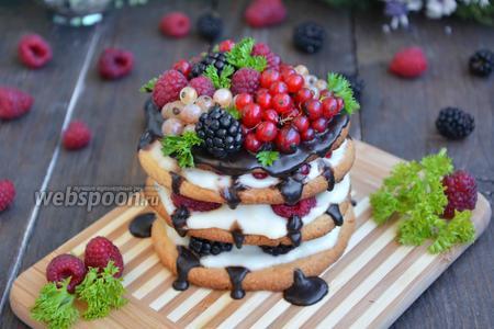 Песочное пирожное с ягодами и кремом