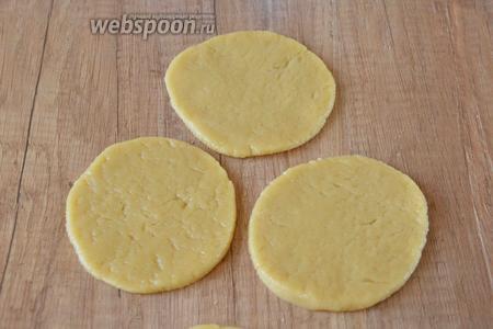 Песочное тесто раскатать толщиной 0,5 сантиметра, вырезать круги (с помощью стакана, формового кольца, банки).
