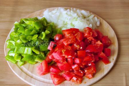 Порезать кубиками лук, болгарский перец и помидоры.