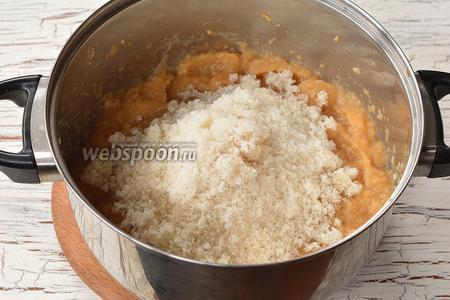 Добавить сахар и уваривать, помешивая, на протяжении 20 минут.