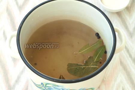 Приготовить маринад: в воду добавить сахар, соль, перец чёрный и душистый, а также лавровый лист. С момента закипания кипятить маринад 5 минут, затем влить уксус.