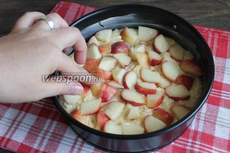 Сверху высыпаем персик. Утапливаем пальцем в тесто их. Ставим в духовку при 175°С на 15 минут, затем убавляем до 160°С и ещё 35 минут выпекаем.