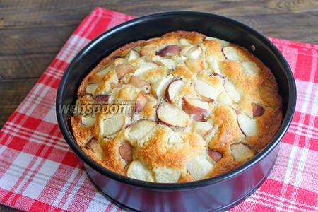 Готовый пирог достаём, дадим остыть и затем убираем форму и посыпаем пудрой. Приятного аппетита.