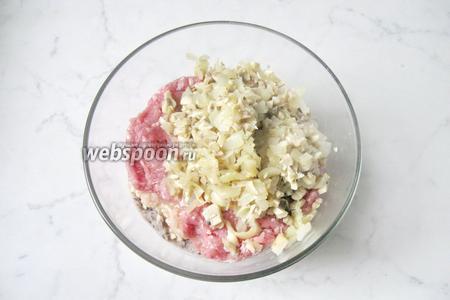 Жареные грибы с луком добавить к мясному фаршу и фасоли.
