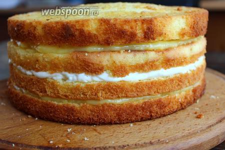 Накрываем 4 коржом, его не покрываем. Таким образом у нас получится 2 лимонных слоя и 1 по середине — ванильный. Поставить торт в холодильник, пока будем делать меренгу.