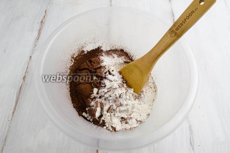 Приготовить сухую смесь: просеять муку, какао, добавить разрыхлитель. Всё перемешать.