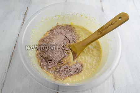 В основную смесь добавлять мучную частями, за 3 раза, тщательно перемешивая.