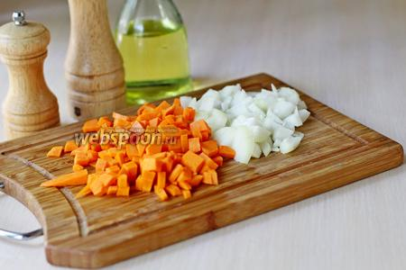 Лук и морковь нарезать кубиком.