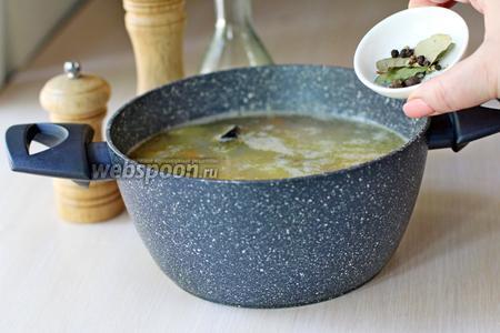 Добавить перец чёрный и душистый, лавровый лист, посолить и варить ещё 5-7 минут.